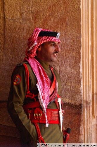 Policia Jordano - Petra<br />Policia jordano guardando el Tesoro de Petra<br />Palabras clave (separadas por espacios) : Petra, Jordania