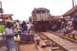 Tren atravesando el mercado de Kumasi