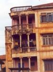 Edifico medio en ruinas en el centro de Porto Novo