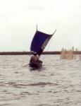 Embarcación precaria navegando por el lago Gamvié