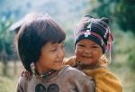 Sonrisas que no dejan indiferentes. Sonrisa de dos niños Akha