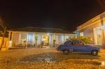 coche delante restaurante en Trinidad