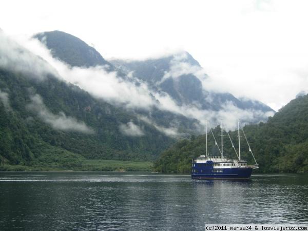 Catamarán en Deep Cove (Doubtful Sound) - Nueva Zelanda Catamaran in Deep Cove (Doubtful Sound) - New Zealand