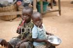 Dos niños sentados despues de comer