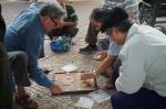 Partida de ajedrez chino (Xiangqi) en las calles de Hanoi