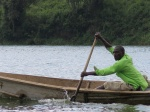 Pescador en el Kazinga channel en parque nacional Queen Elizabeth