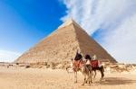 Frente a las Pirámides