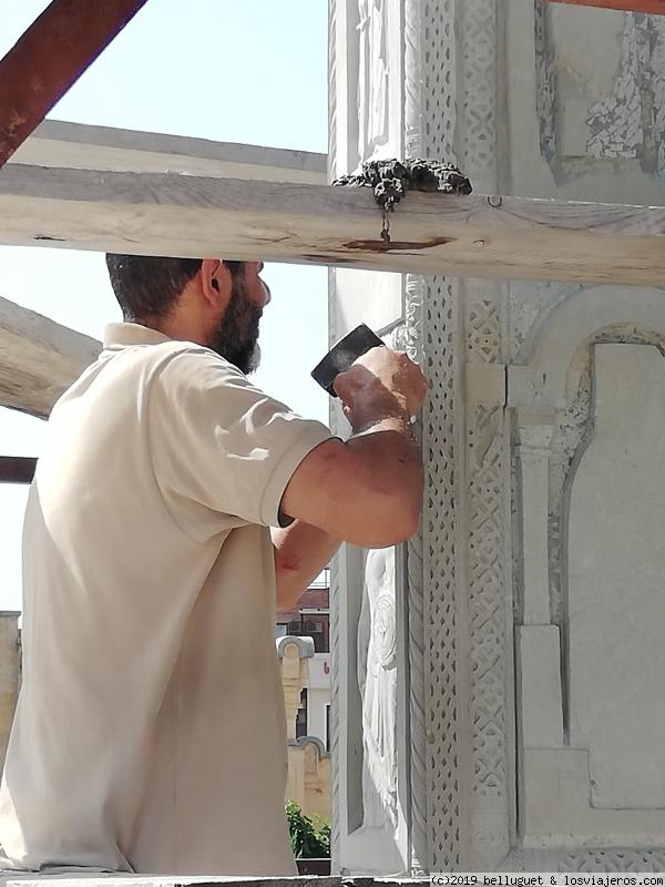 Escultor trabajando en los relieves de la Catedral
