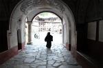 Monje accediendo al monasterio de Rila