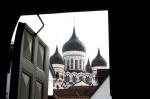 Tallinn, Estonia. Torres de la catedral de Alexander Nevsky desde la catedral de Santa María.