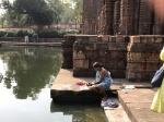 Mujer lavando en el estanque