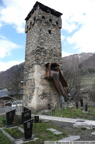 Torre defensiva en el cementerio de Mestia