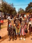 Jóvenes Bena en el Mercado de Key Afer