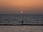 Pescador al atardecer en Akko