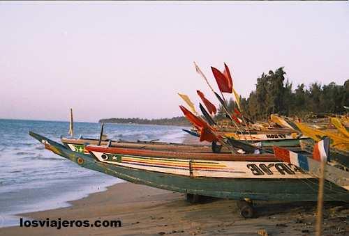 Fisher ships with flags - Nianing - Petite Cote - Senegal Barcos de pesca en la Petite Cote - Nianing - Petite Cote- Senegal