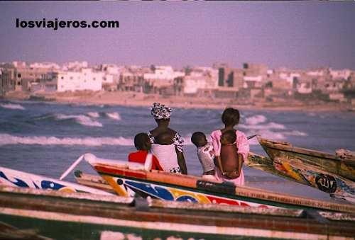Yoff - Dakar - Senegal Mujeres de pescadores mirando al mar - Yoff - Dakar - Senegal