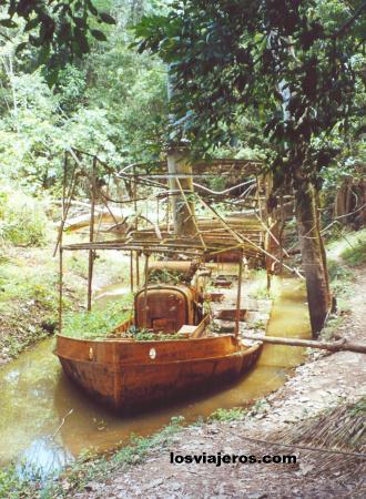 Boat Fitzcarral aground in the Amazon Forest - Peru Buque Fitzcarral encallado en el bosque amazónico - Peru