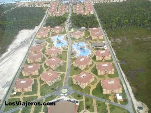 Vista aérea desde helicóptero de hoteles - Punta Cana - Dominicana Rep. Hotels of Punta Cana from the air - Dominican Rep.