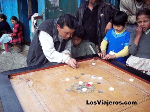 Juego tradicional de la zona - Darjeeling - India Tibetan people playing a game - Darjeeling - India