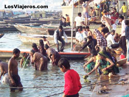 Baños rituales en el Ganges - Benares - India Rutual bath in the Ganges - Varanasi - India