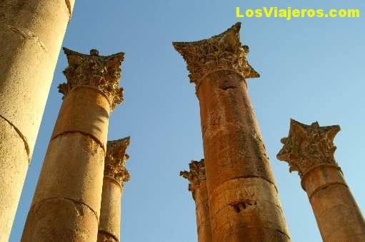 Columnas corintias en el Santuario de Artemisa -Jerash- Jordania Corinthians columns in the Sanctuary of Artemis -Jerash- Jordan