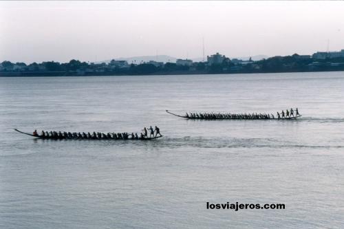 Carreras de barcos en el rio Mekong - Laos Races Festival of boats in Mekong River - Laos
