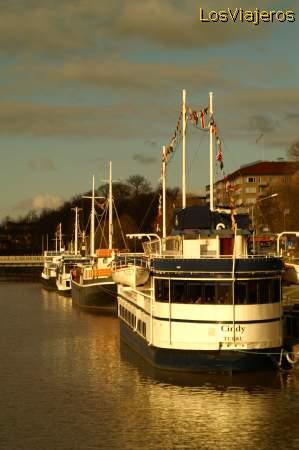 Docks in the Aura river -Turku- Finland Muelles del rio Aura -Turku- Finlandia