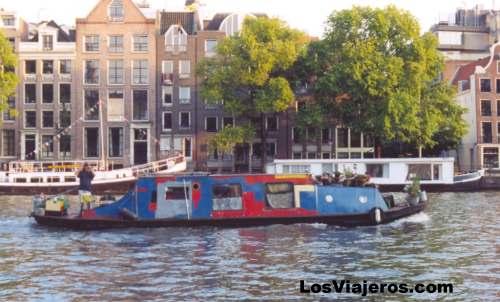 uc anterior foto casa flotante navegando por los canales de amsterdam holanda