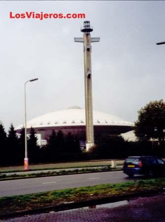 Edificio en forma de platillo volante - Eindhoven - Holanda UFO church - Eindhoven - Holland - Netherlands