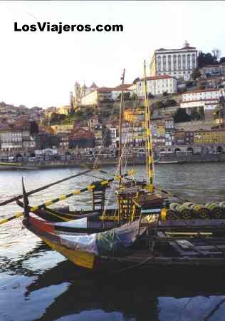 The City of Porto, the Douro river & boats with wine - Portugal La ciudad de Oporto y los barcos cargados de toneles de vino - Oporto - Portugal